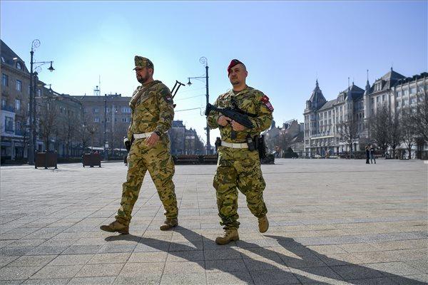 erekció és hadsereg merevedés megerőlteti a feneket