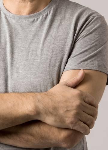 Karján hordja péniszét egy férfi négy éve, reméli mihamarabb a lábai közé kerül