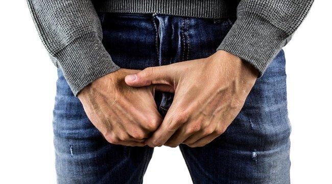 egy kis péniszrel pózol a férfiaknál javítja az erekciót a pénisz növelése