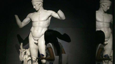 egy férfi megrándítja a péniszét